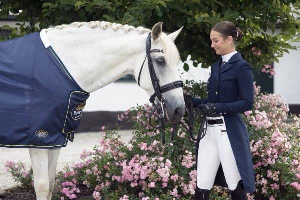 Exclusive-Horsewear-häst-med-rosa-blommor