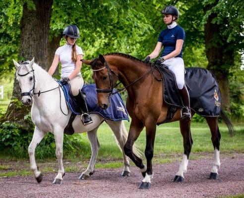 Exclusive Horseware på Björnöslott med 2 st hästar som skrittar